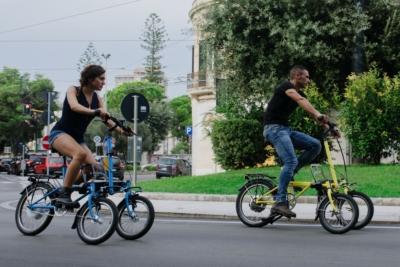 Bicicletta elettrica a tre ruote basculanti