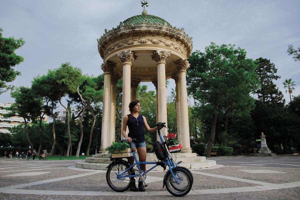 E-bike with three tilting wheels