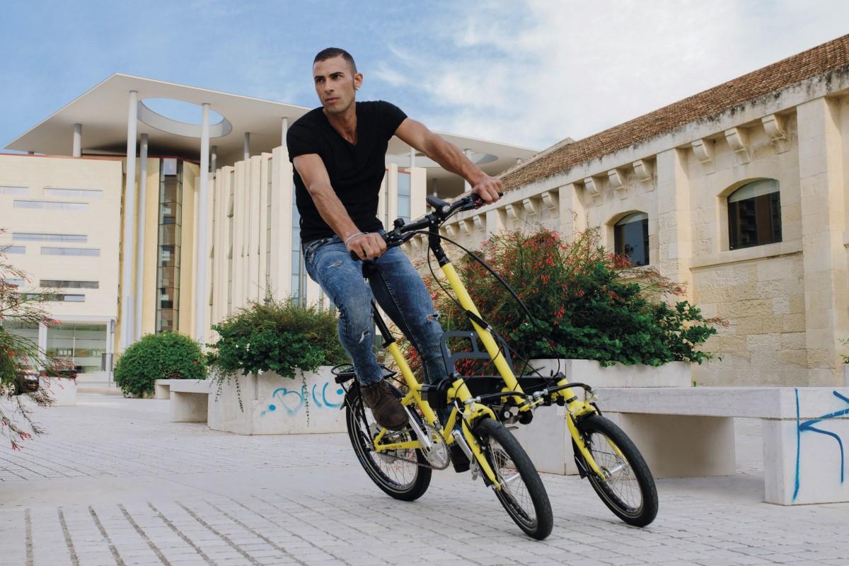 Bicicletta a tre ruote inclinabili a pedalata assistita